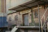 Der Landhandel Wehebrink auf der Ladestrasse. Damals gab es zwischen RBAG und Bröring noch den Landhandel Wehebrink (früherer Betreiber der Schweger Mühle) und Mairose (Baustoffhandel). Rechts daneben war ein schmaler Durchgang, den die Kinder Rattentunnel nannten.