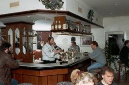 -110C- Der Gastraum des Intermezzo mit Gastwirt Uli Engbarth