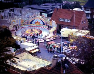 -44A- Blick über das Dach des Rathauses auf die Kirmes, ca. 1983. Im Hintergrund das Haus Weiss