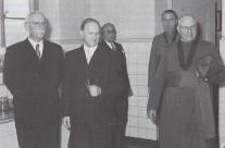 1952 Hoher Besuch zum 100ährigen Bestehen des Krankenhauses: Offizial Grafenhorst und der Regierungspräsident des Verwaltungsbzirks Oldenburg August wegmann, der gebürtiger Dinklager ist.