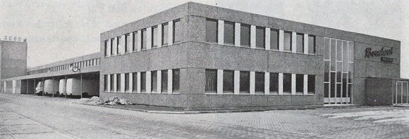 Nach einem Gr0ßbrand in Ihrem Stammwerk nimmt die Steinfelder Firma Jobo 1968 Ihren Betrieb im neuen Dinklager Werk auf. Wo damals Tortenböden produziert wurden, werden heute von der Firma Heller Bohrer gefertigt.
