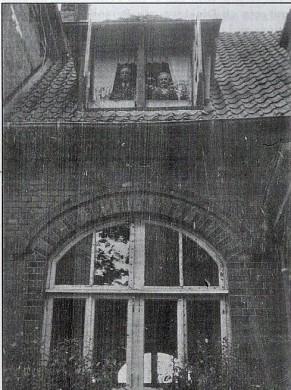 am Fenster hres Zimmers im Bahnhof