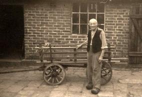 Fritz Kalvelage vor dem Haus