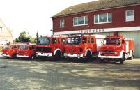 19930900 Fahrzeugpark vor Gerätehaus