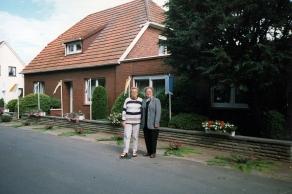 Maria Kalvelage und Maria Bosse vor dem Haus Kalvelage