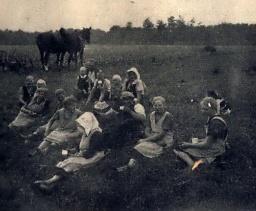 Pause bei der Kartoffelernte in Brockdorf um 1934.